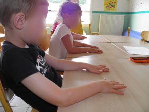 yeux fermés mains sur table GS